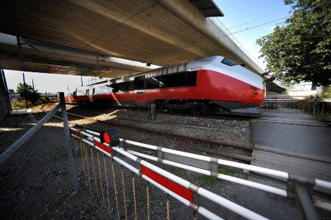 Fortsatt er det jernbaneovergang uten bru på Alvim. (Foto: Jarl M. Andersen)