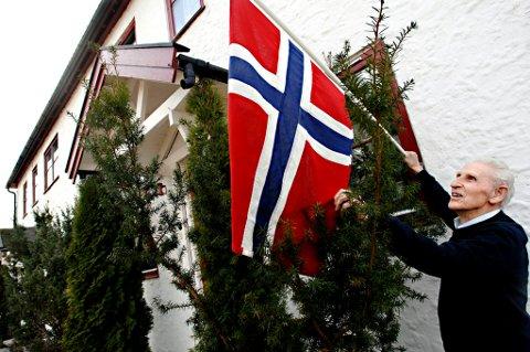 FLAGGER:Heis flagget !  Vi må aldri glemme hva 8. mai og frigjøringsdagen står for, sier Wilhelm Molberg Nilssen.