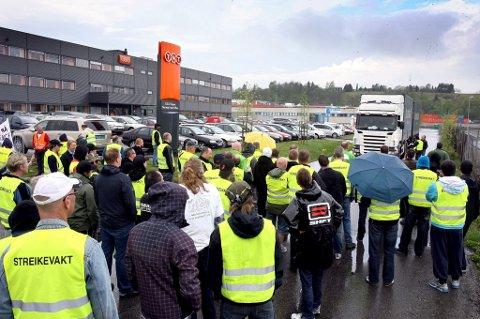 BLOKADE: De streikende ved TNT på Lillestrøm hindrer lastebiler å komme ut fra område med gods. Denne sjåføren kom gjennom sperringene. FOTO: KAY STENSHJEMMET