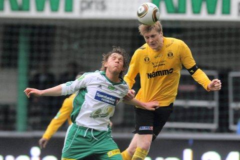 banens gigant: Petter Senstad ruvet høyest både deffensivt og offensivt på Briskeby. Her er det HamKams Pål Kirkevold som ikke når Raufoss-kapteinen til skuldrene en gang.foto: marius mykleset