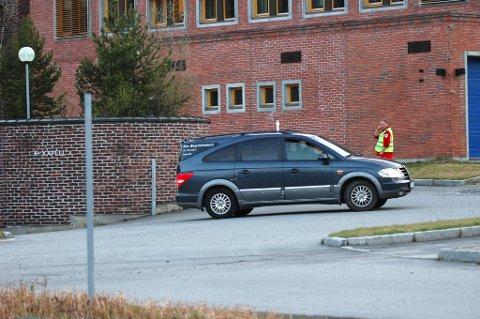 Her ankommer begravelsesbilen med den omkomne til Alta helsesenter 1. pinsedag.