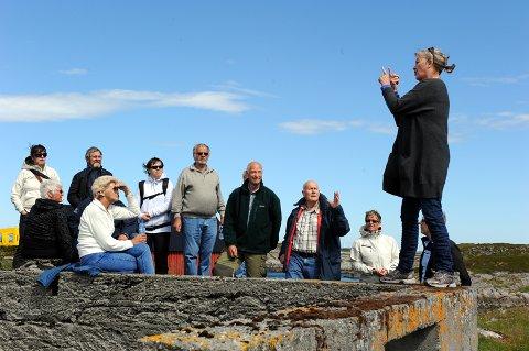 Døvetolk Liv Solbø Nesse tolker Andreas Ringsø som fortalte deltakerne historia om Kjønnøya, fiskeværet hvor han vokste opp og flyttet ifra i 1953.