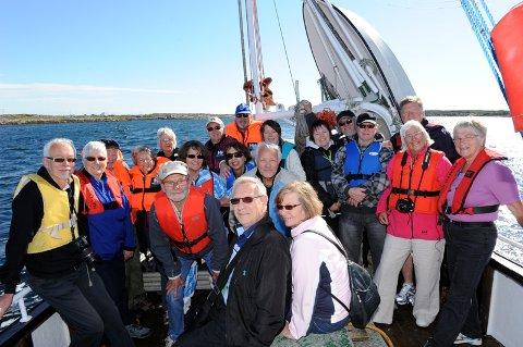 """Her er noen av deltakerne på treffet  på vei til Ringsøya og Kjønnøya om bord i sjarken """"Luton"""" til Reidulf Sørøy."""