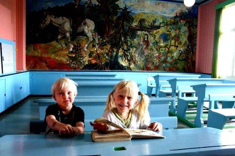 STEIN SKOLE: Nora og Hermann Uv fra Sand liker eventyrskolen.