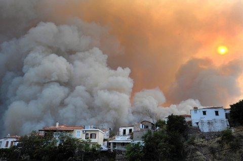 RØYK: Røyken la seg tett over landsbyen Maratokampo på Samos.