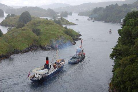 "TIL FLORØ: Over 50 båtar skal delta på arrangementet ""Fjordsteam"" i Florø i helga. Her er nokre av dei fotografert ved Alversund, i retning Florø."