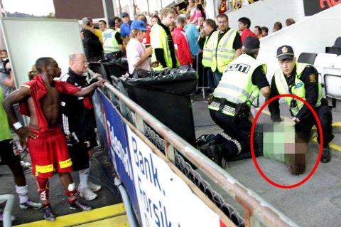 PÅGREPET: Mens LSK-spiss Anthony Ujah ser på blir LSK-supporteren lagt i bakken av politiet på Skagerak Arena. FOTO: ROAR GRØNSTAD