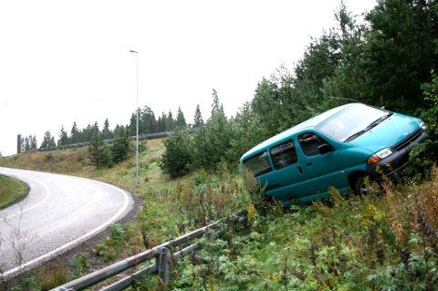 FØRSTE GANG (05.35): Bilen havnet godt i grøfta etter utforkjøringen. FOTO: BREDE HØGSETH WARDRUM