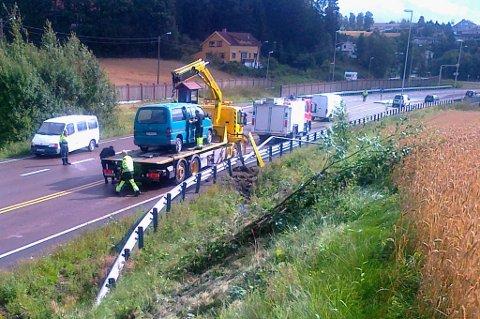 ANDRE GANG (10.30): Bilen skal ha kjørt av veien og tatt med seg flere busker før den traff lyktestolpen. FOTO: VIDAR SANDNES