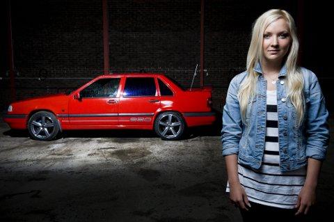 STOR OG STØDIG: Sara Karlsson (18) kjører svenske ungdommers favorittbil, Volvo 850. ? Den er stor og føles trygg, mener hun.