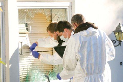 KNUST RUTE: Det ene vinduet i leiligheten var knust, og ifølge politiet var det her gjerningspersonen tok seg inn. FOTO: STIG ATLE BAKKE