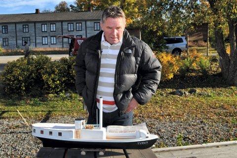 OMDØPT: Trygve het Tyrvi før båten kom til Randsfjorden i 1899. Denne modellen viser hvordan den så ut da, forteller Nils Haavard Tronrud.FOTO: TERJE NILSEN