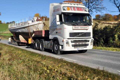 ADJØ: Her forlater kulturminnet Trygve Randsfjorden med trailer etter 110 år. Nå skal den tidligere passasjerbåten og tømmertrekkeren få hedersplassen ved en nytt bryggeanlegg midt i Hønefoss sentrum.FOTO: TERJE NILSEN