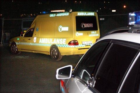 SPERRET INNE: Etter å ha kjørt seg fast ble den stjålne ambulansen sperret inne av politibiler. Den 26 år gamle ambulansetyven ble satt i arresten på Lillestrøm politistasjon. FOTO: ESPEN BOLSTAD