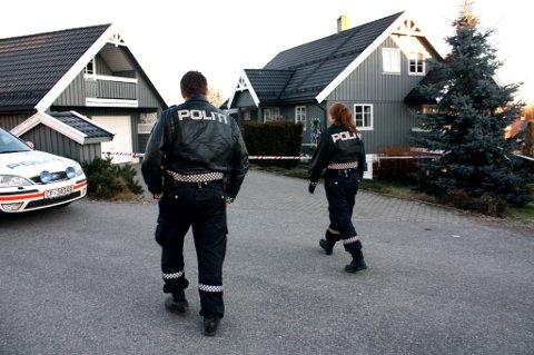 SPERRET AV: Politiet har sperret av med sperrebånd rundt hele bolighuset der overfallet fant sted. En patrulje holdt søndag formiddag vakt ved åstedet. FOTO: STIG ATLE BAKKE