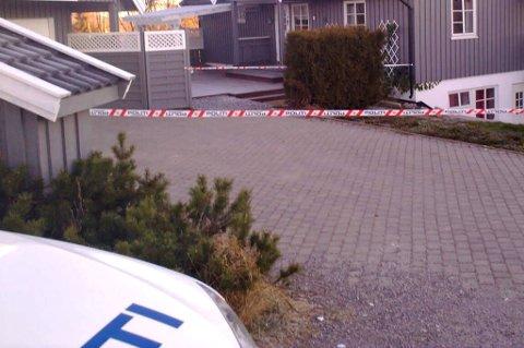 SPERRET AV: Politiet har sperret av med sperrebånd rundt hele bolighuset der overfallet fant sted. En patrulje holdt søndag morgen vakt ved åstedet. MMS-FOTO: STIG ATLE BAKKE