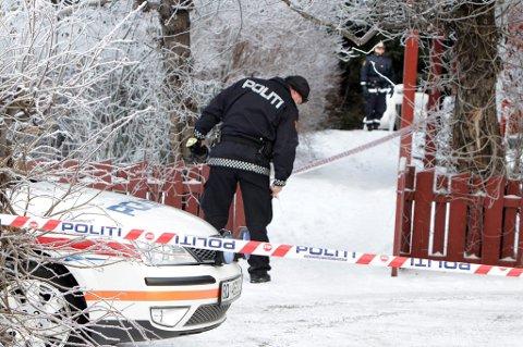 PÅ ÅSTEDET: Politiets teknikere er i ettermiddag i hybelleiligheten på Skedsmokorset. FOTO: KAY STENSHJEMMET
