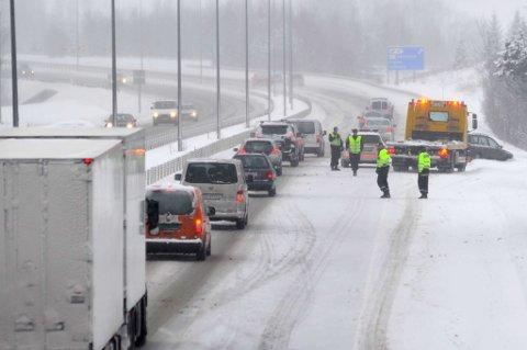 KJØRTE AV: Bilen mistet kontroll og skled av E6 i ettermiddag, like ved avkjøringa til Frogner i Sørum. FOTO: VIDAR SANDNES