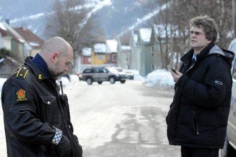 FIKK MANNEN NED: Lensmannen i Tinn, Bjørn Høiberg, var mannen som overtalte asylsøkeren til å komme ned fra taket. Til venstre politibetjent Terje Carlsen.