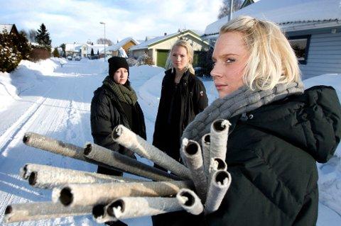 ? KOM PÅ MØTE: Camilla Flor Reiss og venninnene Silje Hofseth og Charlotte Vestli oppfordrer ungdommer til å møte opp på folkemøte og fakkeltog til minne om unge trafikkofre. FOTO: KAY STENSHJEMMET