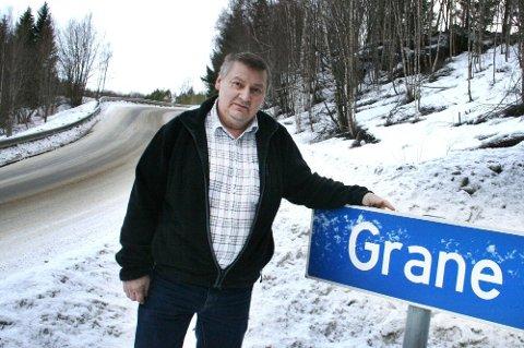 SAMISK NAVN: Kommunenavnet bør nå også få sitt samiske tillegg, Gaaloen, mener John Kappfjell. Her står han ved    navneskiltet til kirkestedet Grane, som er identisk med navnet på kommunen.   (Foto: Alf Vesterbekkmo)