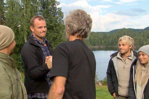 HÅNTRYKK: Før Bjørnar Skogstad forlot Farmen-gården ga han storbonde Ståle Bjørnvåg et håndtrykk.  (Foto: TV2)