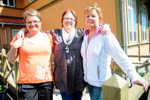 Mette Halvorsen, Jenny-May Olsen og Monique Berntsen arrangerer Culturcafé i Skougaards Hus hver måned. Det har blitt en suksess for både brukere og andre som vil være med på det sosiale samværet.