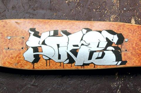GJENBRUK: Dette skateboardet er hjemmelaget og gjort om til kunst. ALLE FOTO: MARGRETHE MILJETEIG