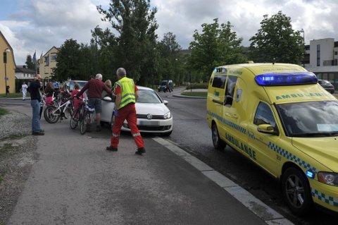 STAKK AV: Det var i fotgjengerfeltet i Stillverksveien i Lillestrøm at den 10 år gamle jenta ble kjørt ned av en bilist søndag ettermiddag. Mannen som kjørte bilen skal ha sagt at han bare skulle parkere bilen i etterkant, men i stedet stukket av fra ulykkesstedet.