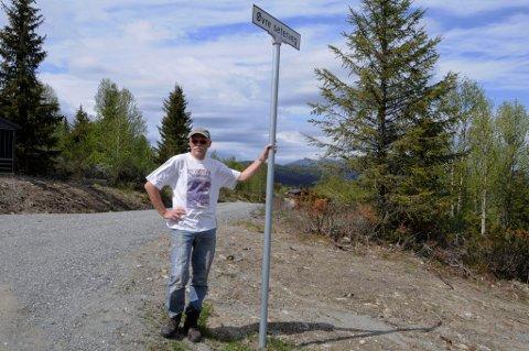 RETT VED: Det var bare noen få meter fra skiltet til Øvre Seterveg i Svatsum bjørnen ble skutt, sier Marlow Beck.