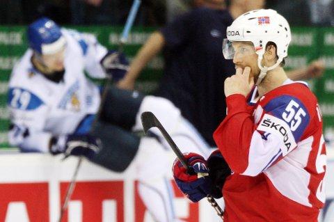 ÆRE: Ole Kristian Tollefsen var kaptein for det norske landslaget da de imponerte stort i årets VM i ishockey. Han synes det er en ære å bli nominert til «Årets romeriking». FOTO: SCANPIX