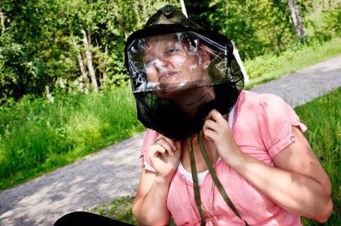 STILIG? Myggnetthatten holdt absolutt myggen unna hode og hals, men jeg følte meg ikke akkurat lekker med den på. FOTO: MARIUS NYHEIM KRISTOFFERSEN