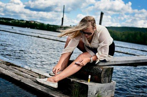 TESTER METODER: RB-journalist Julie Lundgren vil bli kvitt myggen. FOTO: MARIUS N. KRISTOFFERSEN
