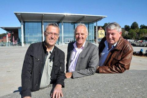 Valgte seg Bølgen: Tre programledere som håper at publikum strømmer til i stort monn til Bølgen på mandag kveld. Fra venstre: Are Stokstad, Nils-Erik Kvamme og Terje Svendsen. (Foto: Bjørn-Tore Sandbrekkene)