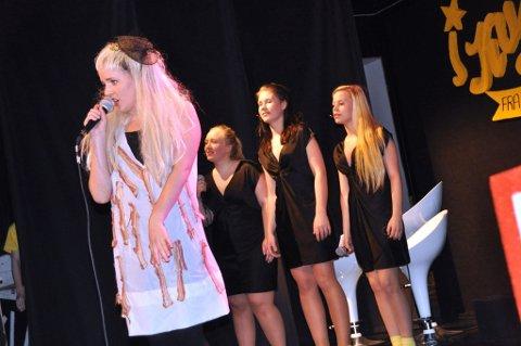 Godt gjennomført: Her er det Lady Gaga, i Malin Reneè Fredriksens skikkelse, som er i sving på scenen på Bjerkely, sammen med, fra venstre, Silje Ludvigsen, Henriette Lofstad Johnsen og Caroline Solvang. (Foto: Bjørn-Tore Sandbrekkene)