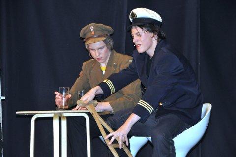 Gode karakterer: Jon Jacob Odberg, til venstre, og Ruben Lamer som krigsveteraner i revyen i Hvarnes.