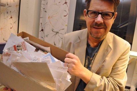 KUPONGER: Journalist Helge Rønning Birkelund med en god del av de over 2500 kupongene. FOTO: PER HOVLAND