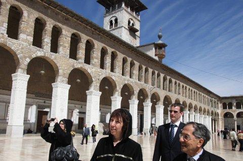 Normalt er det mange turister som besøker Omajademoskeen eller Den store moskeen i Damaskus, som er en av de største og eldste moskeene i verden. Den er også regnet som en av de helligste bygningene i islam.