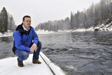Ønsker debatt: Morten Harangen er skikkelig hekta på laksefiske etter han begynte, og tror Lardal kommune har alt å tjene på å regulere flåtefiske i forhold til sportsfiske. (Foto: Nils-Erik Kvamme)