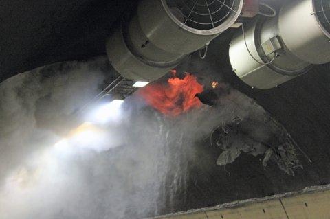 ÅPNE FLAMMER: Isolasjonen i tunnelveggen og taket tok fyr etter at en bil kjørte inn i tunnelveggen og begynte å brenne. Brannvesenet jobber nå med å stoppe spredningen av brannen. FOTO: ROAR LØKKEN