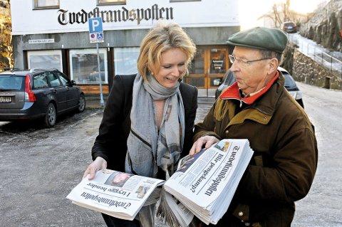 Nåværende redaktør Marianne Drivdal og tidligere redaktør og aviseier Thorfinn Eskild kan utveksle mange erfaringer fra driften av Tvedestrandsposten. (Foto: Øystein K. Darbo)