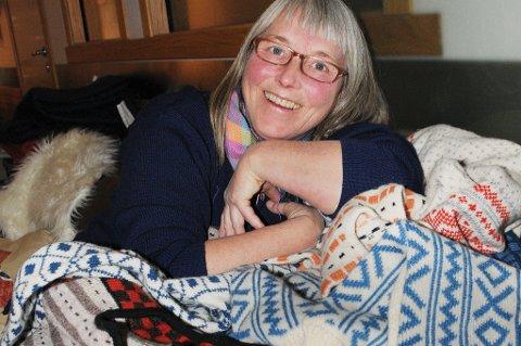 Elspert på norske strikketradisjoner: Annemor Sundbø har gjenskapt en rekke plagg med utgangspunkt både i utslitt ulltøy innlevrt til resirkulerin og gamle malerier og postkort. Rester av strikkeplagg som er funnet som veggisolasjon i gamle setesdalshus er også en inspirasjonskilde.