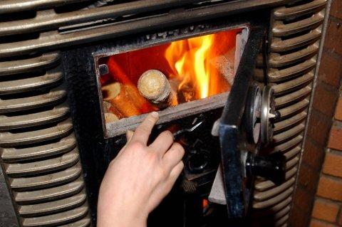 Overraskende for mange, er at det gir best effekt å tenne på i ovnen fra toppen.