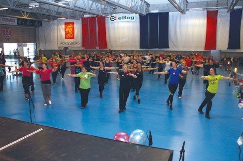 Det svingte i Vikersund hoppsenter lørdag da rundt 100 kvinner og noen få menn deltok i zumba-maraton.