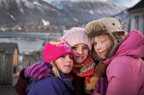 FÅR BLI INNTIL VIDERE: Yalda og familien får bli i Norge inntil videre. I hvert fall til rettssaken kommer opp i august. Her venninnene Mathilde Ryel (t.v.) og Ingrid Solvik Meløe (t.h.) som slår ring om Yalda Bahadori.