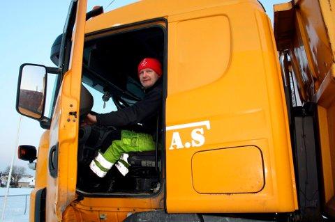 Vidar Tellefsen ledet an i lastebilkonvoien med snø til OL-stadion i ettermiddag.