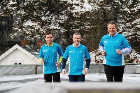 """Maratonløper Tomas Pinås (i midten) mistet sin far til kreften. Han gløder etter å gjøre Holmestrands befolkning mer aktive, og håper at så mange som mulig deltar på Holmestrand Maraton 15. april. Holmestrand-ordfører Alf Johan Svele (til høyre) skal delta. Til venstre daglig leder Rune Bergquist ved G-Sport Holmestrand,  en av hovedsponsorene."""""""