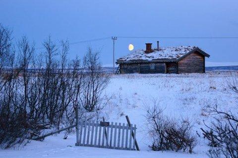 HISTORISK: Isak Saba signerte Samefolkets sang like før han ble valgt som den første samiske stortingsrepresentanten noen sinne. Han vokste opp her i Reppen i Nesseby, og det er Frank Ingilæ som har fanget opp stemningen ved Saba-huset for noen dager siden.