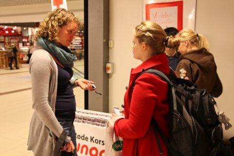 Line Sandbakken, koordinator i Røde Kors Ungdom, gir en voldsalarm til Anette Johansen.