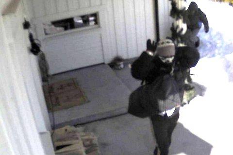 Kameraovervåking av boliger blir stadig vanligere. Disse tyvene ble filmet under et innbrudd i en bolig i Nes i Akershus.